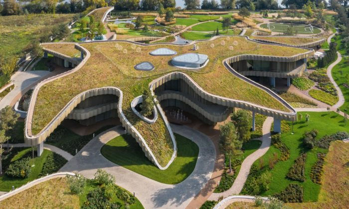 J. Mayer H. postavil nedaleko Moskvy rezidenci splývající sokolní krajinou