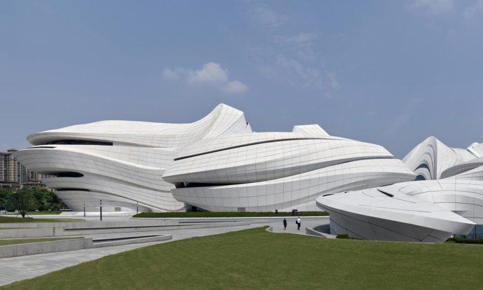 V čínském Čchang-ša postavili futuristické kulturní centrum odZahy Hadid