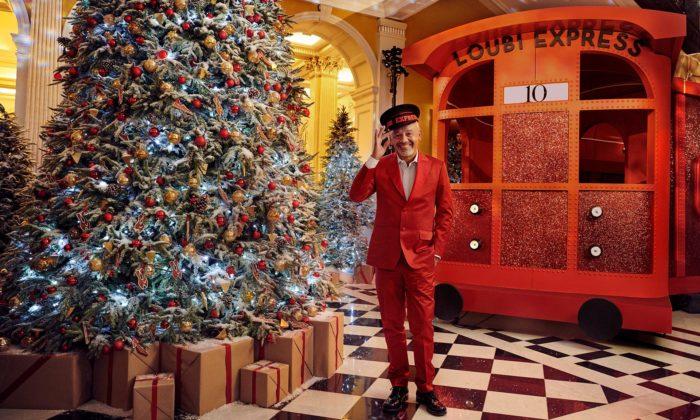 Christian Louboutin navrhl vánoční strom sčerveným koktejlovým vlakem
