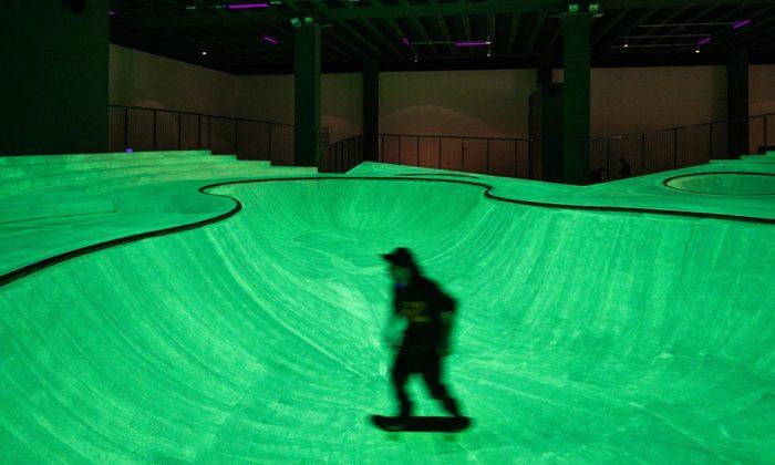 V přízemí milánské galerie vyrostl dočasný skatepark svítící vetmě