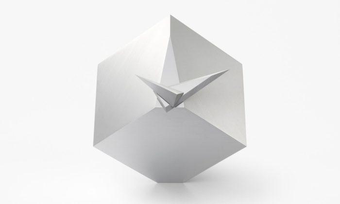 Nendo navrhlo hodiny Cubic Clock tvořící dvakrát za den celou krychli
