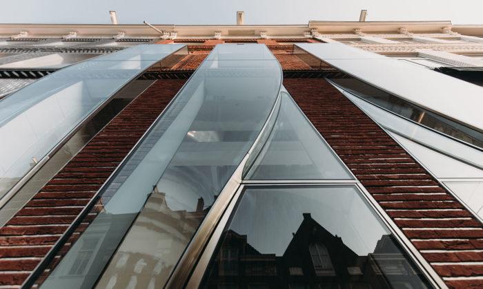 UNStudio renovovalo fasádu domu vAmsterdamu adalo mu stékající okna
