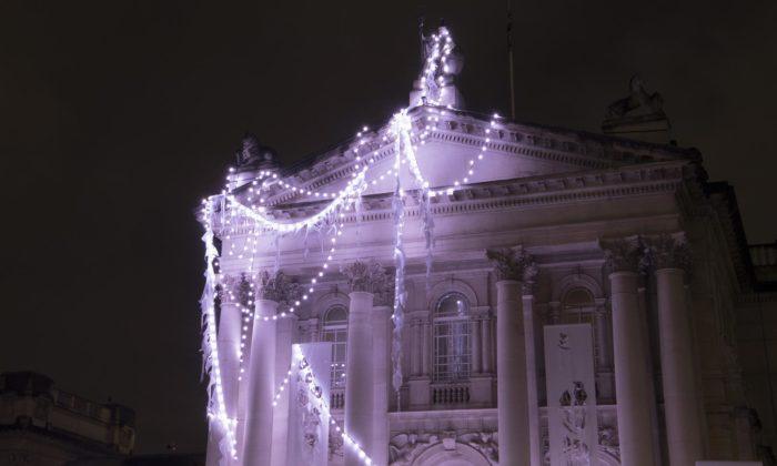 Anne Hardy proměnila galerii Tate Britain nazamrzlý aopuštěný chrám