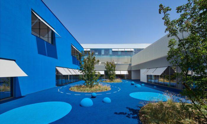 U Lyonu postavili domodré oděný multifunkční komplex seškolou isportovní halou