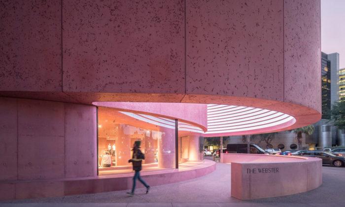 David Adjaye přidal růžový betonový módní obchod ke starému obchoďáku