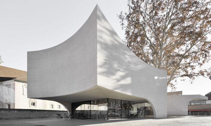 V Brixenu postavili betonové turistické informační centrum objímající strom