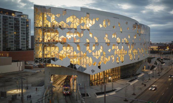 Centrální knihovna vCalgary má roztříštěnou fasádu askandinávský interiér