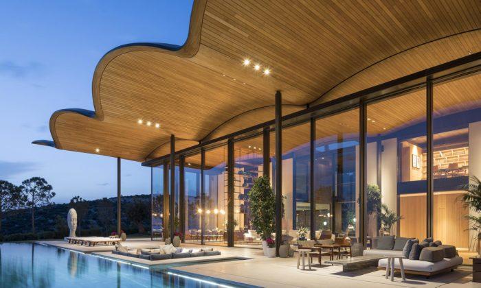 Foster postavil umoře vTurecku luxusní prosklenou vilu sezvlněnou střechou
