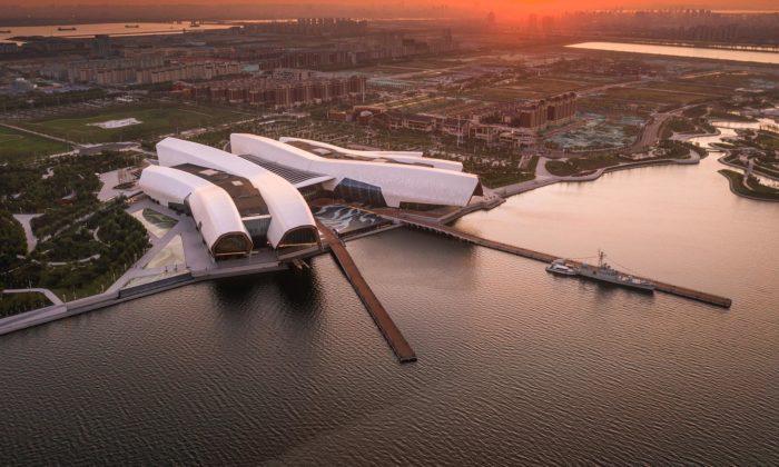 Národní námořní muzeum Číny tvoří pětice gigantických chapadel
