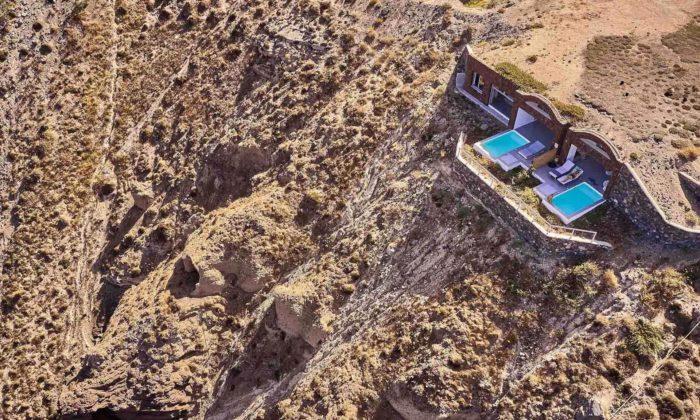 Na ostrově Santorini vyrostly nenápadné rezidence zatesané vútesu nad mořem