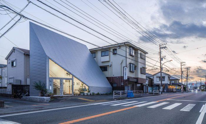 V japonském městě Ninomiya vyrostl rodinný dům sextrémně svažitou střechou