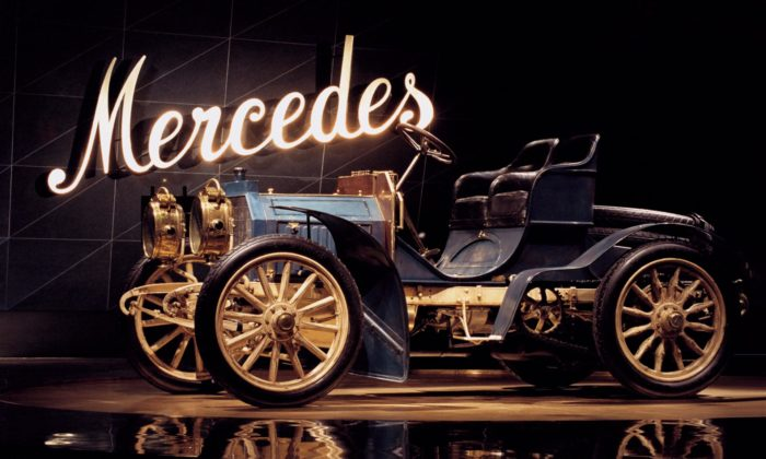 Mercedes slaví 120 let odzrodu značky apřipomíná první moderní automobil