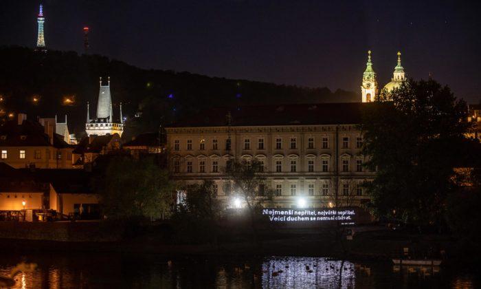 Eva Jiřičná adalší české osobnosti povzbuzují Česko promítáním poselství