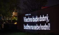 Projekce poselství od českých osobností v režii Signal Festivalu