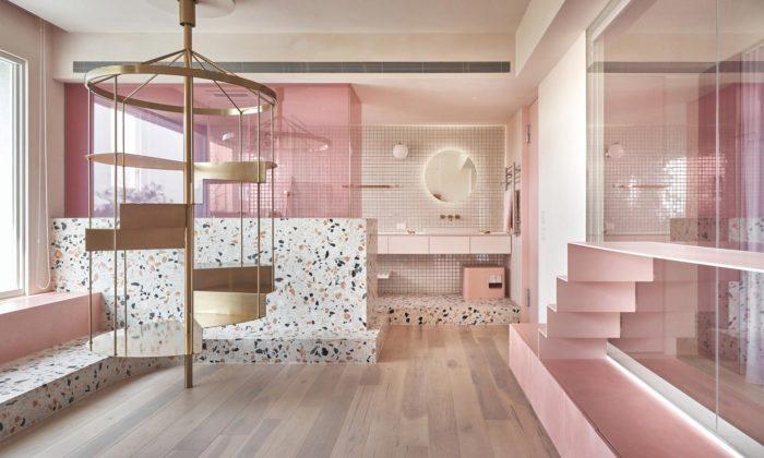 Třípatrový dům Pink House má růžový interiér aspeciální pokoj pro kočky