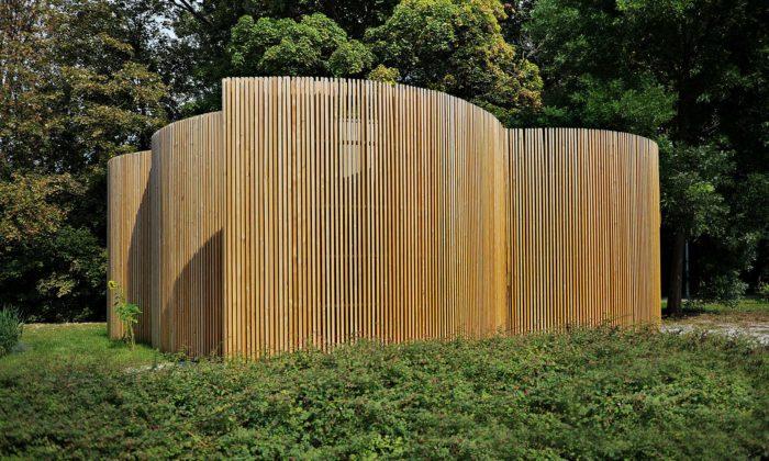 Uhříněves postavila veřejné toalety sdřevěnou fasádou aindustriálním interiérem