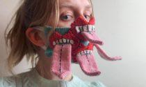 Ručně pletené roušky odislandské módní designérky Ýr Jóhannsdóttir