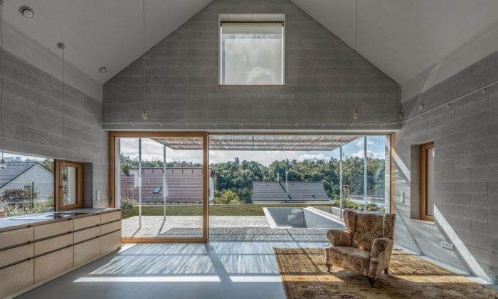 V Třebíči vyrostl dům pro babičku zpohledového betonu sinteriérem ze dřeva