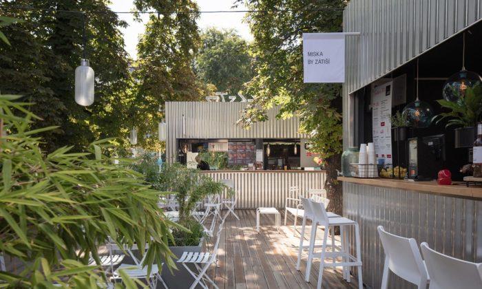 Manifesto Smíchov jesloženo z11 kontejnerů usazených vbývalé botanické zahradě
