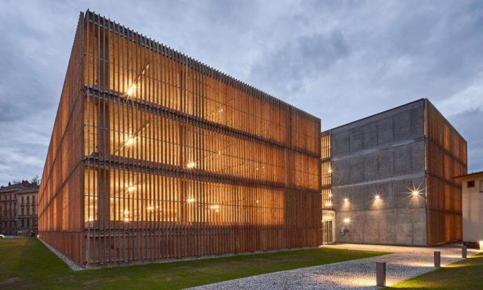 V Hradci Králové postavili parkovací dům zbetonu sfasádou zmodřínových lamel