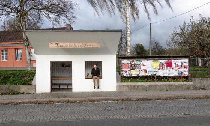 V Krucemburku proměnili chátrající objekt napravou vesnickou zastávku