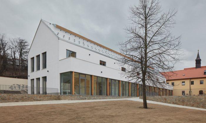 V Třebíči vznikla nenápadná avizuálně čistá přístavba Katolického gymnázia