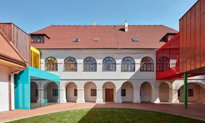 Základní škola Vřesovice porekonstrukci arozšíření barokního komplexu hraje barvami