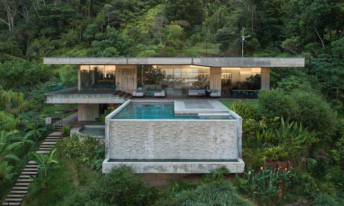 Čeští architekti navrhli betonovou Art Villu usazenou dozeleného svahu Kostariky