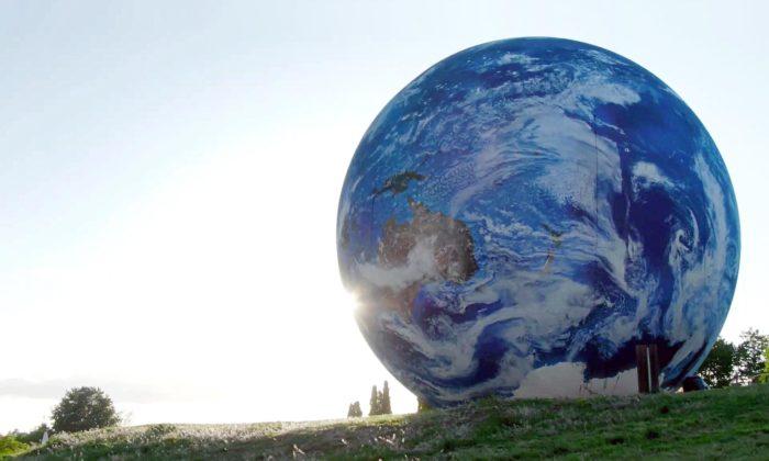 Hvězdárna aplanetárium Brno nafouklo naKraví hoře velkou planetu Zemi
