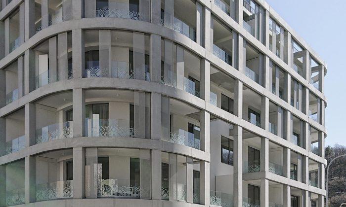 V Košířích vyrostl pavlačový bytový dům slodžiemi vsazenými dorastru nafasádě