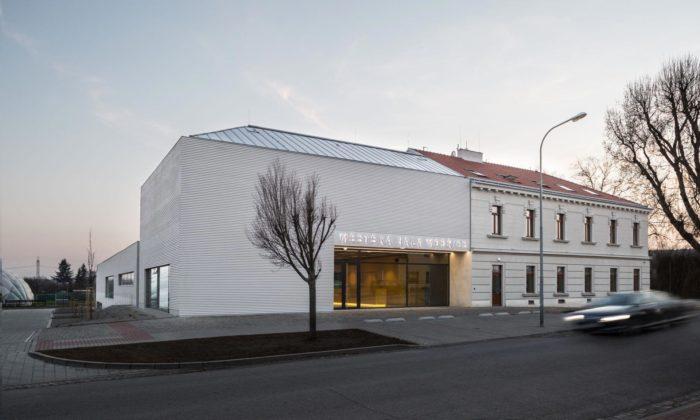 Modřice mají novou městskou halu přistavěnou krekonstruované staré restauraci
