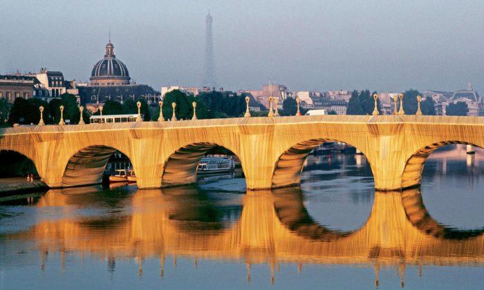 Paříž uspořádala výstavu dvojici Christo aJeanne-Claude známou zahalováním staveb