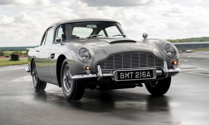 Aston Martin znovu vyrobil sporťák DB5 Goldfinger svýbavou pro Jamese Bonda