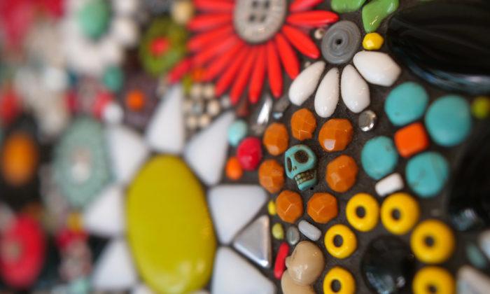 Pavlína Pecko tvoří ze starého porcelánu mozaiky aplikované nazrcadla ikvětníky