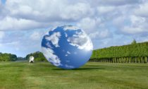 Anish Kapoor aukázka zvýstavy jeho soch vHoughton Hall