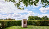 Anish Kapoor a ukázka z výstavy jeho soch v Houghton Hall