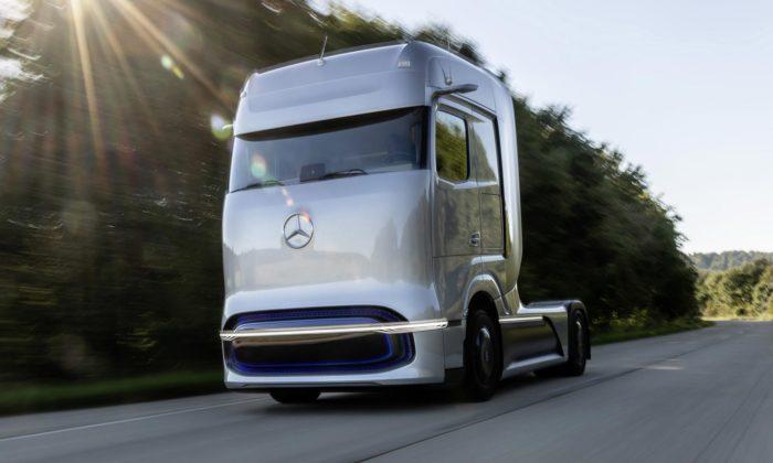 Mercedes-Benz představil futuristický koncept tahače GenH2 spohonem navodík