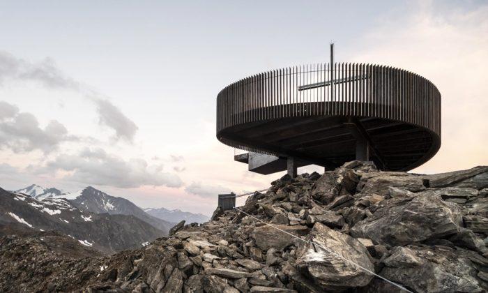 Ötzi Peak má vevýšce 3251 metrů nad mořem novou rozhlednu skřížem