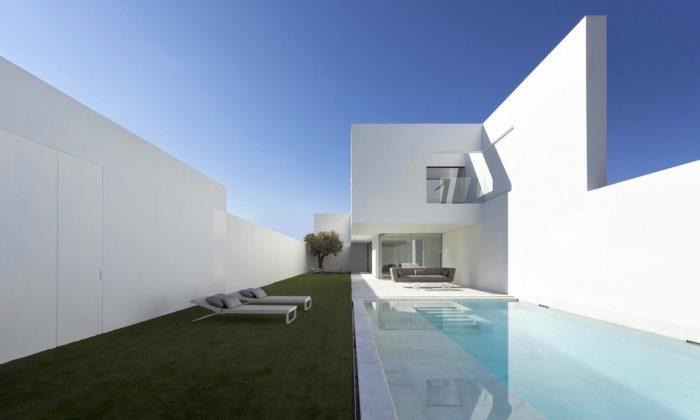 Fran Silvestre Arquitectos obehnali vilu Pati Blau vešpanělské Valencii bílou zdí