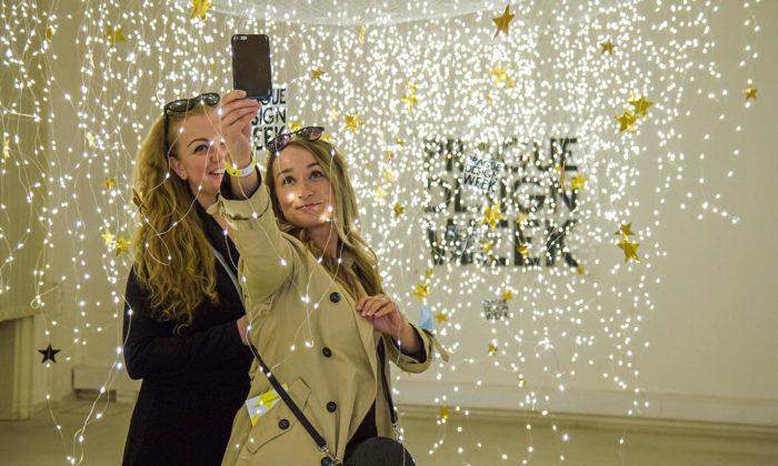 Odstartoval Prague Design Week 2020 sesvětelnou instalací a77 prodejními expozicemi