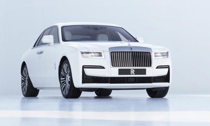 Rolls-Royce představil modernizovaný Ghost spřísně minimalistickým designem