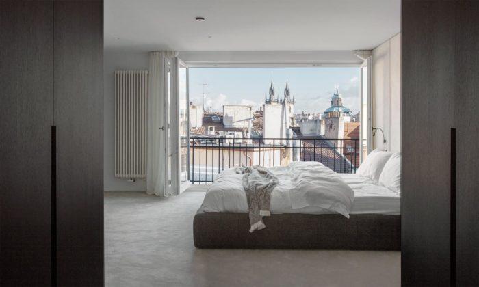 Staroměstský Penthouse má luxusní černobílý interiér aještě luxusnější výhled naPrahu