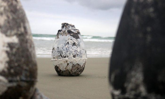 Anna Jožová navrhla vázy Gaia sesopečným pískem atransparentní glazurou