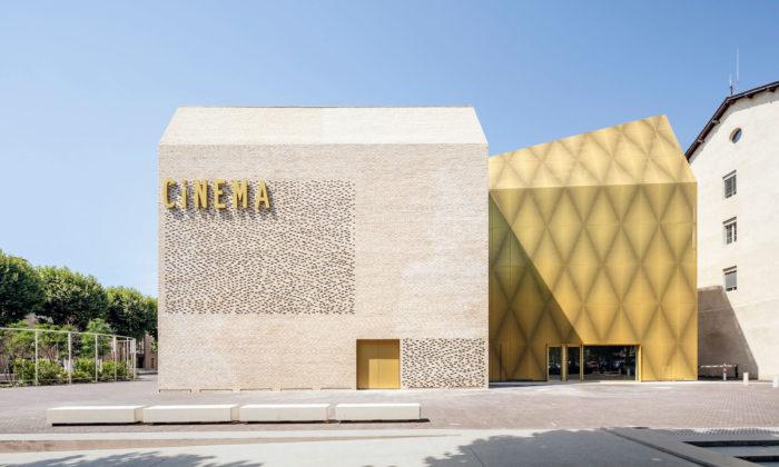 V historickém centru francouzského Cahors postavili monolitické kino Grand Palais Cinema