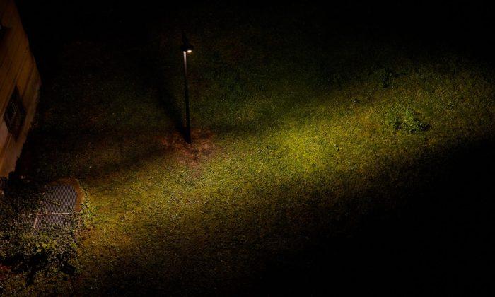 Student UMPRUM navrhl pouliční lampu pro Prahu zabraňující světelnému smogu