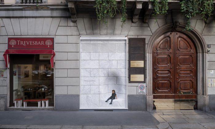 Nendo udělalo neviditelný vstup doitalského showroomu smramorem Marsotto