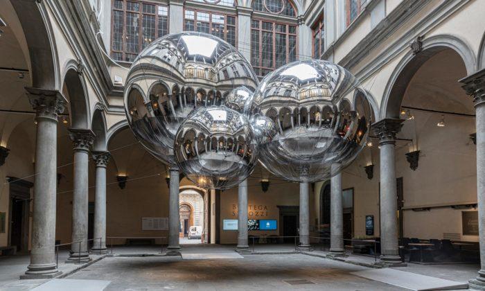 Tomás Saraceno vytvořil veFlorencii instalaci zobřích lesklých koulí