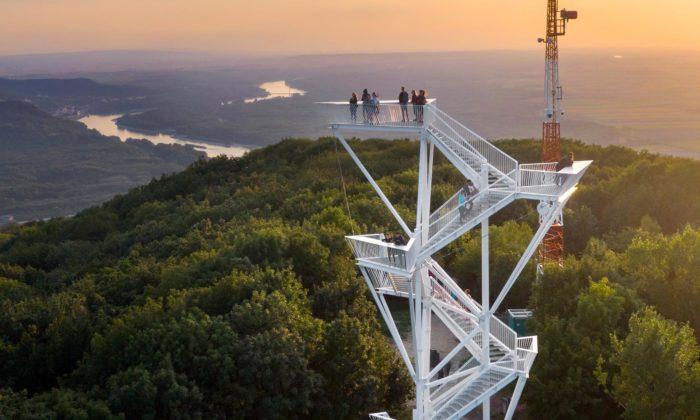 Na vrchu Devínská Kobyla nad Bratislavou vyrostla bílá rozhledna sdynamickým designem