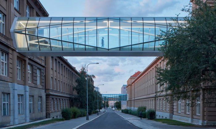 Historické budovy VŠCHT vpražských Dejvicích spojily krystalické lávky
