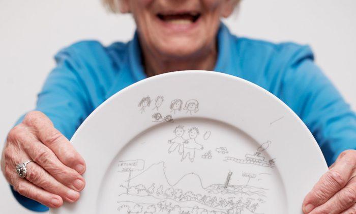 Lenka Záhorková nechala seniory svými příběhy ilustrovat porcelánové nádobí